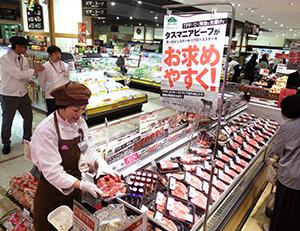 売場でも平台で商品を展開し、POPや試食などで来店客に訴求