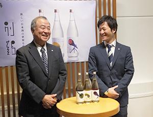 プロジェクトの新商品を発表する西村顕取締役執行役員経営企画室長兼商品開発本部長(左)と佐田尚隆商品開発部主任