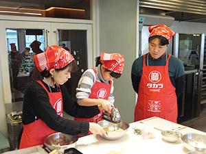 もち米や本みりんを使った料理に取り組む参加者ら