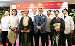 プレス発表会には門川大作京都市長(前列左から2人目)、佐々木邦泰京都レストランウインタースペシャル実行委員会委員長(同右隣)、参加レストランシェフらが参集した