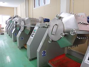 本社工場2号棟、ボールミル日産600kgが11台設置
