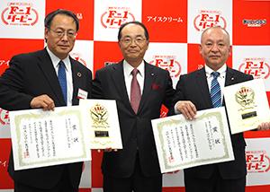 グランプリ受賞企業のニチレイフーズ(左)と森永製菓(右)。中央は主催の佐々木淳一日本アクセス社長