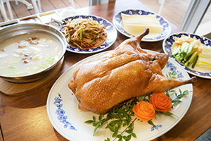 名物料理の北京ダックは税抜き2888円で3~4人前。カモ肉の炒め物、スープ付き