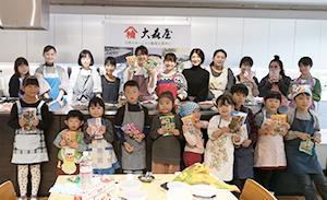 和食の日の料理教室で記念撮影、楽しい会で笑顔がはじけた