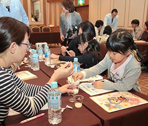 マルコメは食育活動にも注力する(同社とアサヒ飲料、地元SMが松本市で11月に開いた食育講座)