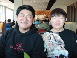 写真左は王洋社長(Terry、34歳)、右はマネージャーの刘欢氏(Frank、35歳)。「彼なら給料が高くても一緒に働いてほしいと思った」と王社長。事業拡大には優秀な管理者が不可欠だからだ