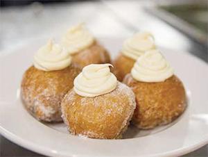 写真上:「ボーナッツ」(5個・7$)。揚げたバターミルク・ビスケットにレモン・マスカルポーネを絞り、ブルーベリーコンポートを添えたもの