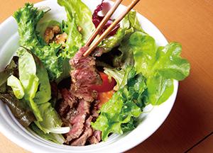 特選牛フィレステーキ丼クルミ入り 1,200円(税込み)グリーンサラダの下から、香ばしい牛ヒレステーキが登場!
