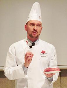 「カナダビーフは赤身と脂肪が交じった霜降り肉が特徴」と説明するマシュー・パレシェフ