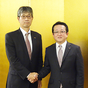 握手する川股篤博社長(右)と香川雅司次期社長