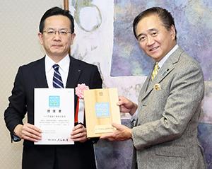 黒岩祐治神奈川県知事(右)から認証書を授与される高井孝佳副社長