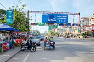 国際鉄道が接続する国境の街ポイペト。大型小売店の出店も計画されている=18年12月、タイ国境ポイペトで。小堀が写す