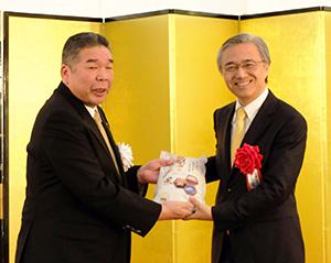 8日の新潟県産米出荷式で行われた新潟県産米引渡式
