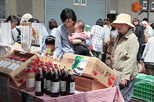 大勢の地元市民らでにぎわった寿高原食品の「ジャム祭り」=5月、千曲市