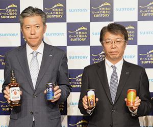 鳥井信宏サントリーBWS社長(左)と山田賢治サントリービール社長
