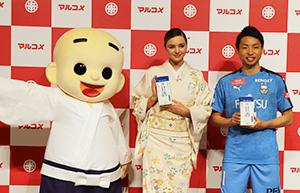 商品の魅力をPRするミランダ・カー(左)と小林悠選手
