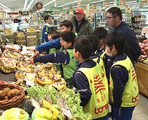 お買い物ゲームで「試合の日に食べるとよい物」など選ぶ子どもたち