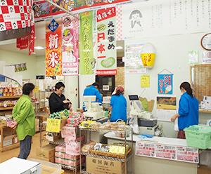 JA直営の「湖東のやさい畑」。野菜の売上げは26%、弁当・惣菜の販売も伸びている