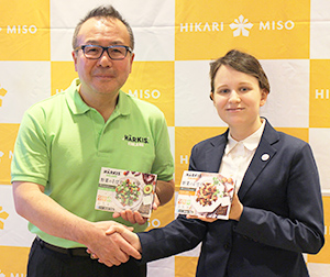 「HARKIS野菜のそぼろ」を紹介する林善博ひかり味噌社長(左)とインカリーサ・ハカラフィンランド大使館副商務官