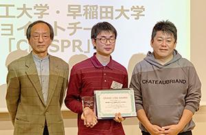 左から審査員の小島正美氏、優勝したクリスパーの長澤知宏氏、審査員の堀江貴文氏