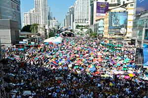 当時の反政府派が展開した「バンコク・シャットダウン」。主要交差点が軒並み占拠され、多くの飲食店が休業を余儀なくされた=14年1月13日、小堀写す