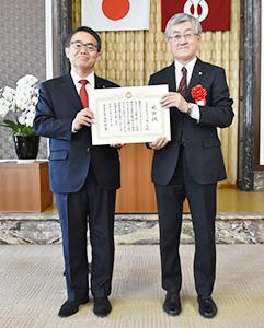 大村秀章愛知県知事(左)と森政広理事長