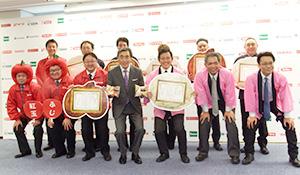 澤田貴司ファミリーマート社長(前列中央)と優勝メーカー担当者、優秀加盟店の店長
