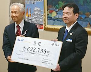 久山祥二支店長(右)と石見利勝市長