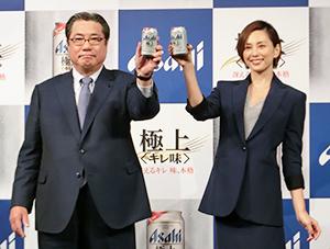 平野伸一アサヒビール社長(左)と米倉涼子
