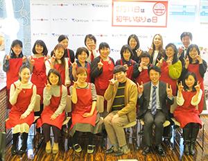 ぱおさん(前列左から3人目)がブロガーらと記念写真