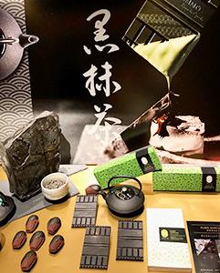 新たに開発した看板商品ショコラ「黒抹茶」