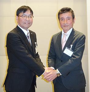 藤本哲之前会長(左)と大村康雄新会長