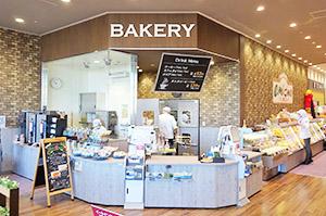 カフェ機能を強化したベーカリー売場