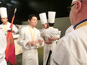 5時間半にわたる熱戦を終えた日本代表の高山英紀シェフ(左から2人目)。その表情は、達成感に満ちていた