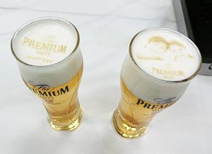 """独自のプリンターによる""""神泡アート""""はビール工場や神泡BARで提供する"""