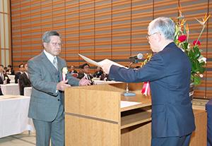 表彰状を受け取る花岡俊夫社長(左)