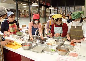 主婦層を中心に18人が参加し開かれた「なごやさい」料理教室