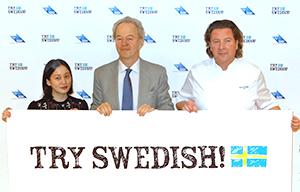 マグヌス・ローバック駐日スウェーデン大使を中心に、イベントサポーターのミシュランスターシェフのバー・ベンクトソン(ピー・エム・オック・ヴァンネル)さん(右)とフードエッセイストの平野紗季子さん