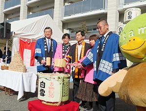 鏡開きを行う小西新太郎社長(左端)と藤原保幸市長(中央)ら