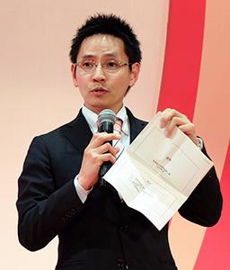 資料を手に軽減税率の対応を訴える加藤博之財務省主税局税制第二課課長補佐
