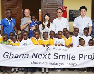 八木克尚社長(後列中央女性の右側)もガーナに赴いた