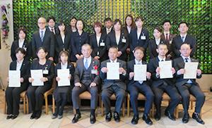 志太勤一会長(前列左から4人目)と入賞者