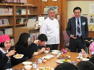 三國清三シェフ(左)と授業を見守る富永哲生社長