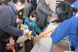 茅野市で「寒天の日」イベント、ところてんのサービスなどで大盛況だった