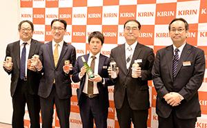 左から濱本伸一郎統括本部長、櫻井隆工場長、佐藤秀樹支店長、坂謙一郎社長、長廣秀也支店長