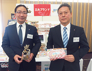 平嶋裕一社長(左)と河野英幸北海道営業部長