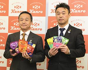 グミの製造態勢を強化したカンロの三須和泰社長(左)と花村正門・松本工場長