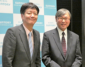 小郷三朗社長(左)と齋藤和弘サントリー食品アジア社長