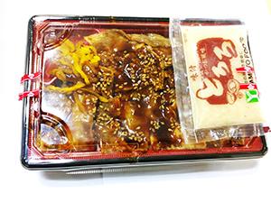 常温の弁当売場でも添付販売できる「味付とろろ(かつお風味)」(写真は牛カルビ弁当)。