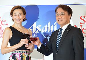 ワインアンバサダー就任式。松山一雄専務取締役(右)と米倉涼子